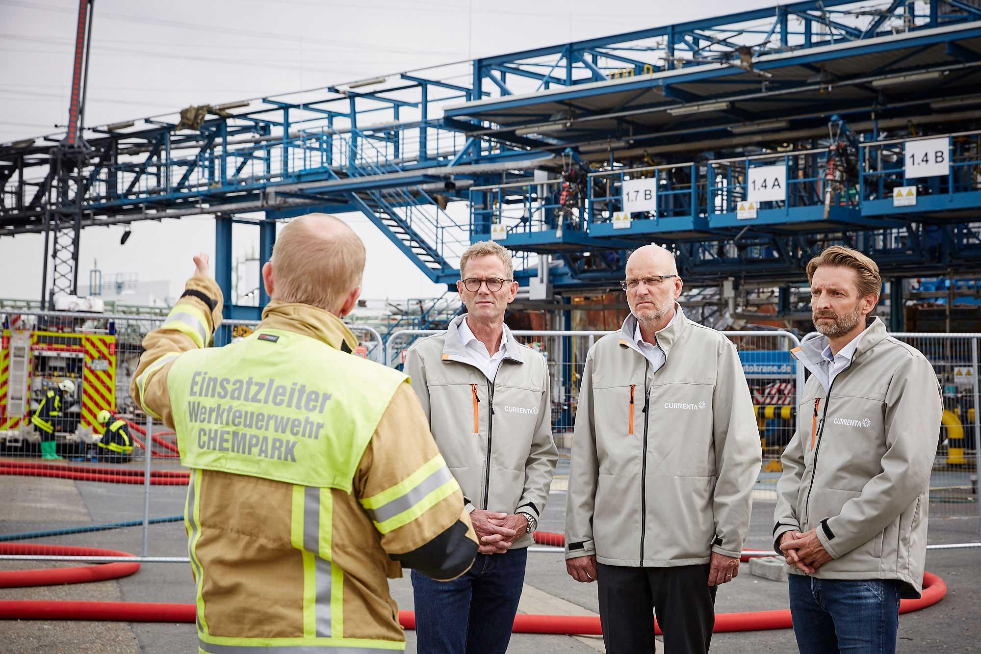 Tobias Dehling, Einsatzleiter Werkfeuerwehr, an der Unfallstelle mit Hans Gennen, Frank Hyldmar und Wolfgang Homey (Foto vom 12.08.2021)